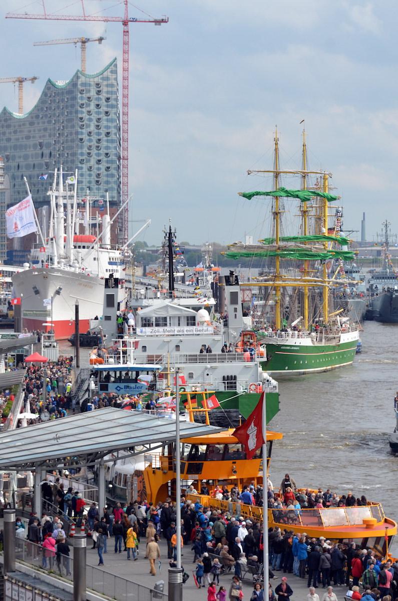 HG Schiffe vor Elbphilharmonie