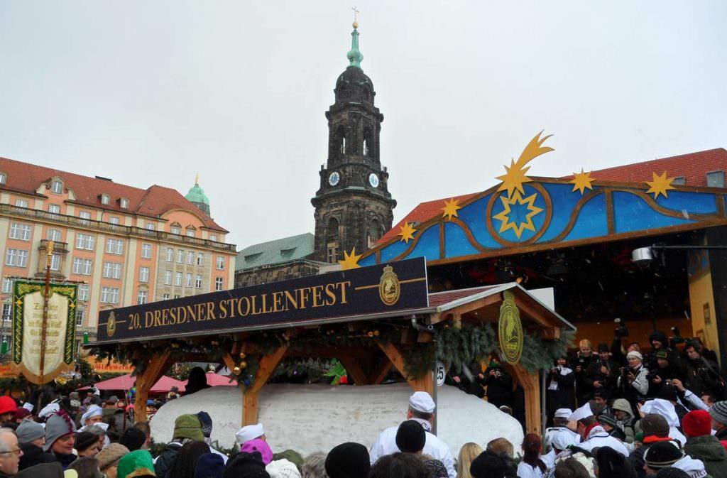 Zum Stollenfest wird traditionell der Riesenstriezel angeschnitten: Ein über 4 Tonnen schwerer Christstollen!