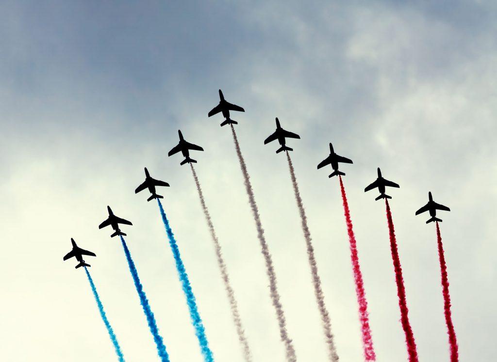 Eine Staffel der franzöischen Luftwaffe mit den Nationalfarben am Himmel über Paris