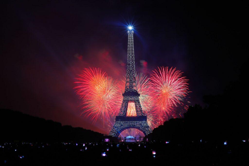 Feuerwerk am Eiffelturm anlässlich des französischen Nationalfeiertags