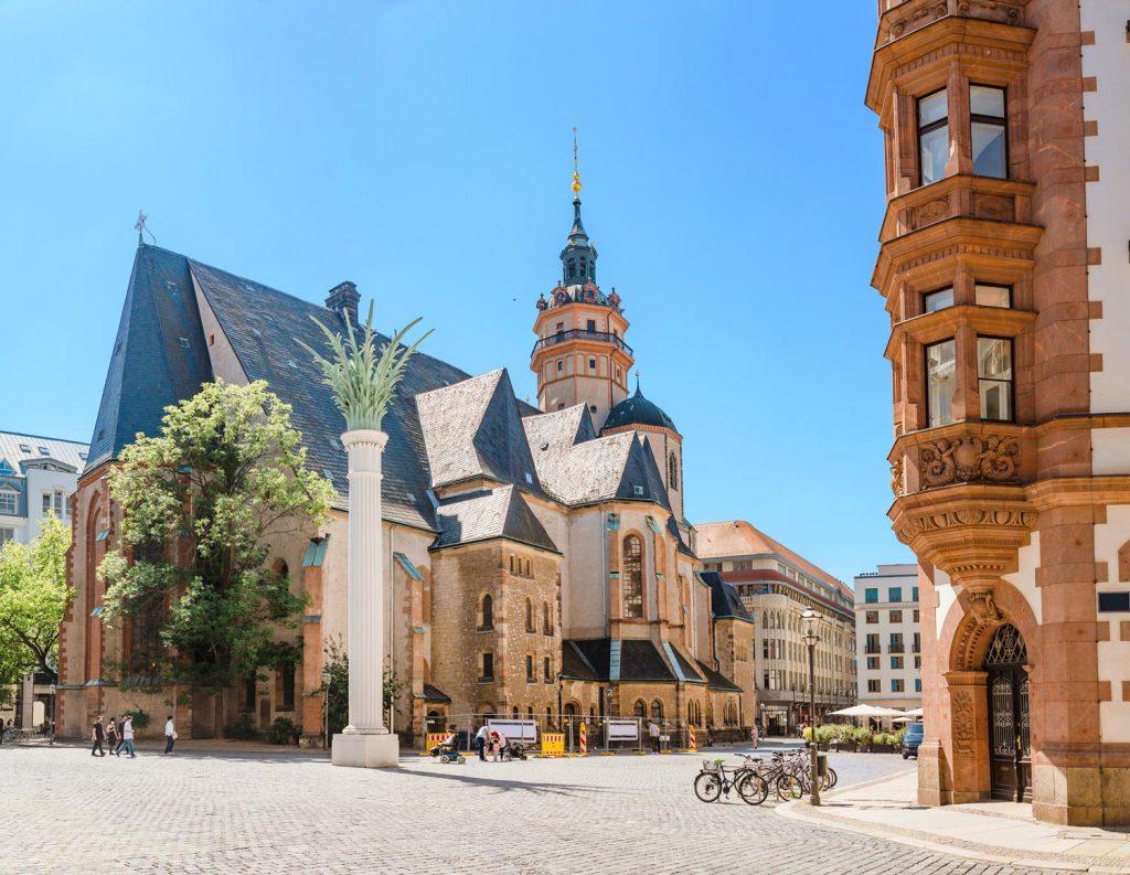Die Leipziger Nikolaikirche gehört nicht allein wegen ihrer historischen Bedeutung als Ort der Montagsdemonstrationen der DDR zu den Top 10 Sehenswürdigkeiten in Leipzig.