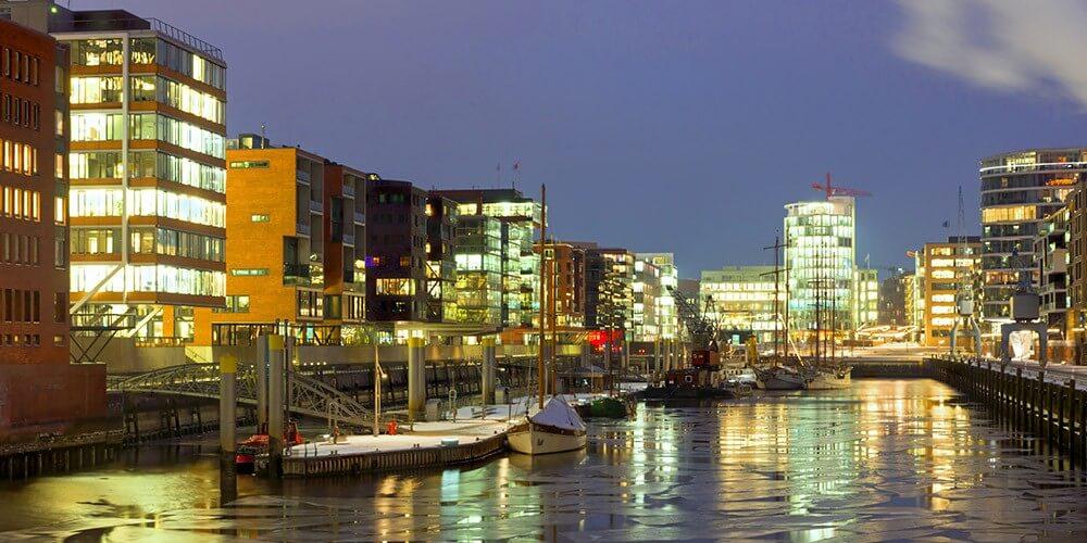 Abendliche Lichterfahrt durch Hamburgs Hafen - Bild 1