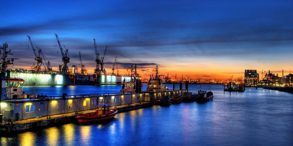 Abendliche Lichterfahrt durch Hamburgs Hafen - Bild 3