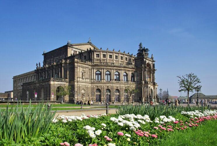 Stadtrundfahrt mit Familienführung in der Oper, Osterspaziergang und 2. Tag gratis - Bild 4
